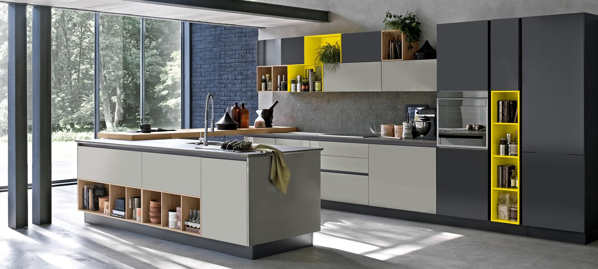 Cucina Moderna Alevè Di Stosa Con Isola Attrezzata Con Lavandino E  #C7AE04 2000 900 Arredare Una Cucina Moderna Con Isola